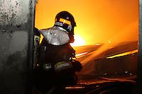 SÃO PAULO, SP, 19.04.2015 - INCENDIO/PARI/SÃO PAULO - <br /> Um incêndio de grandes proporções atinge o galpão de uma indústria de produtos farmaceuticos na  Rua  Bernardo Saio no bairro do Pari, na região central de São Paulo, neste domingo. Diversas equipes do Corpo de Bombeiros foram enviadas ao local e por enquanto não há informações sobre vítimas ou sobre as condições que deram início ao fogo. (Foto: Luiz Guarnieri / Brazil Photo Press).