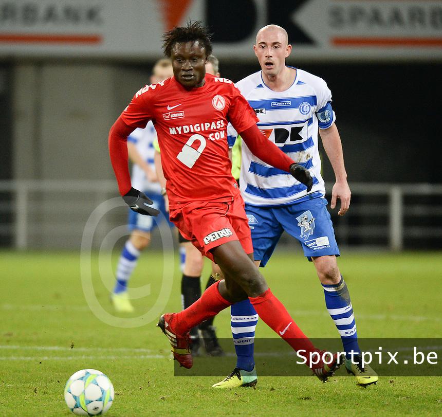 AA Gent - KV Kortrijk : Elimane Coulibaly aan de bal voor Christophe Lepoint (rechts)<br /> foto VDB / Bart Vandenbroucke