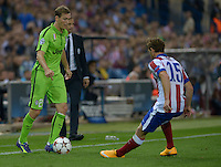 MADRID - ESPAÑA - 01-10-2014: Cristian Ansaldi (Der) jugador de Atletico de Madrid de España, disputa el balon con Stephan Lichtsteiner (Izq.) jugador de Juventus de Italia durante partido del la UEFA Liga de Campeones, Atletico de Madrid  y Juventus en el estadio Vicente Calderon de la ciudad de Madrid, España. / Cristian Ansaldi (R) player of Atletico de Madrid of Spain vies for the ball with Stephan Lichtsteiner (L) player of Juventus of Italy, during a match between Atletico de Madrid  y Juventus for the UEFA Champions League in the Vicente Calderon stadium in Madrid, Spain  Photo: Asnerp / Patricio Realpe / VizzorImage.