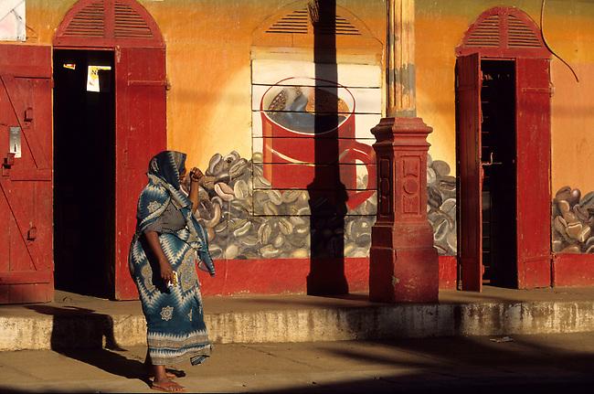 Une femme devant un mur peint a Diego-Suarez, ancienne ville coloniale. *** A woman near a mural, Diego-Suarez.,