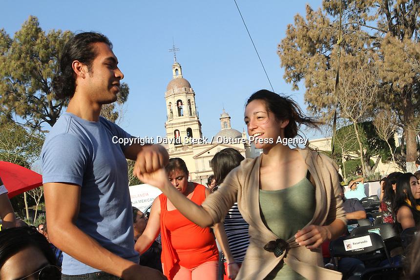 Quer&eacute;taro,Qro. 27 de Abril 2014.: &quot;Son Compay&quot;, grupo musical que rescata varios estilos de la m&uacute;sica cubana como por ejemplo el son, y el guaguango, se present&oacute; en la Plaza Fundadores de esta ciudad ante un p&uacute;blico que llen&oacute; la plaza y aprovech&oacute; para acompa&ntilde;ar bailando al comp&aacute;s de los ritmos tropicales. <br /> Este evento form&oacute; parte del Festival Cultural Quer&eacute;taro 2014, organizado por la presidencia municipal de esta ciudad.<br /> <br /> Foto: David Steck / Obture Press Agency