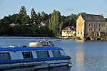 Grez-Neuville : Vue sur le Moulin et les bateaux sur la Mayenne.