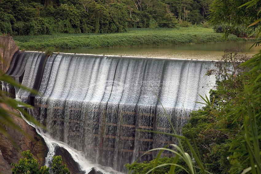 El Salto, Comerío, Puerto Rico. La represa Comerío II (El Salto) fue completada en el 1913 y diseñada para embalsar 4,925 acre-piés de agua para utilizarse en la generación hidroeléctrica en el sistema de Comerío. La sedimentación ha reducido la capacidad de embalse. Por los años 1933 proveían la mitad de la electricidad de la isla.