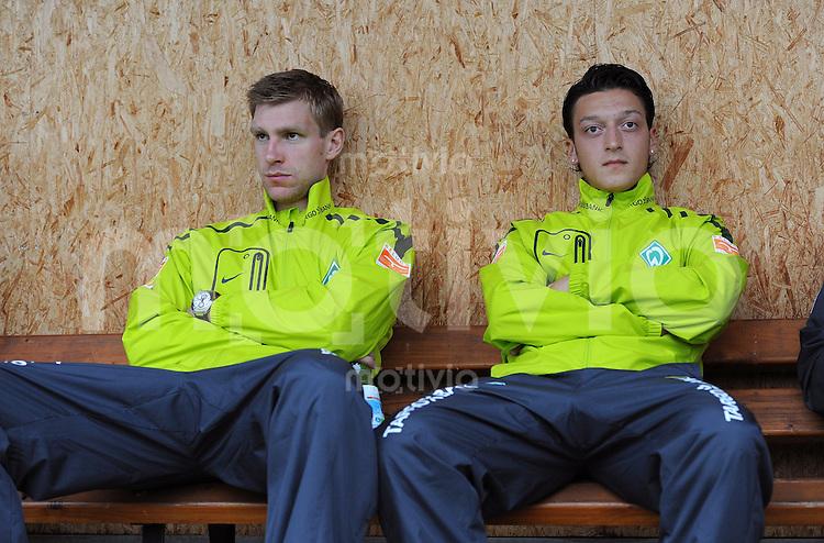 1. Fussball Bundesliga:  Saison   2010/2011 Testspiel  SV Werder Bremen - FK Rad Belgrad   03.08.2010 Per Mertesacker, Mesut Oezil (v.li., SV Werder Bremen) auf der Ersatzbank
