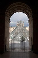 Parigi, museo del Louvre FRANCIA  Jeoh Ming Pei, 1989, piramide di vetro, vista da uno dei portici