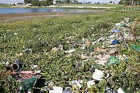 SAO PAULO, SP - 17.11.2014 - SISTEMA RIO GRANDE - Represa Billings sofre com poluição e lixo predominante em suas margens na região de Interlagos, zona Sul de São Paulo. Nesta segunda-feira (17) o sistema, segundo a SABESP, se encontra com 65% de sua capacidade.<br /> <br /> (Foto: Fabricio Bomjardim / Brazil Photo Press)