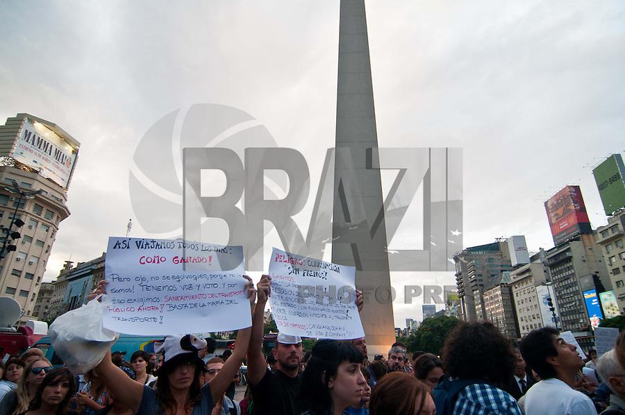 Buenos Aires, Argentina. 28/02/2012. Parentes e amigos das vítimas do acidente de trem, há uma semana deixou 51 mortos e mais de 700 feridos em frente ao Obelisco protesto exigindo justiça.FOTO: PATRICIO MURPHY - BRAZIL PHOTO PRESS
