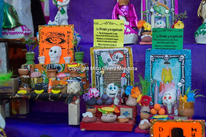 Querétaro, Qro. 31 de octubre 2017.- En el marco de la celebración del Día de Muertos, el folclore mexicano se hace presente en los colores, dulces tradicionales, disfraces, máscaras que dan susto en los puestos que se encuentrán en la Plaza de Jardín Guerrero, los cuales año con año deleitan a las familias queretanas.