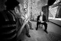 Trois amis, un arabe, un kurde et un turc fument ensemble dans la rue. La paix.<br /> <br /> Three friends, one Arab, one Kurdish and one Turkish smoke together in the street. Peace.