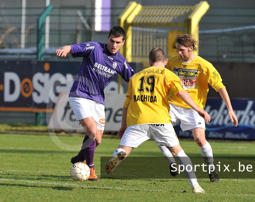 SW Harelbeke - SC Wielsbeke : Jenci Dejonghe aan de bal voor Steven De Marez (voor) en Dieter Verbrugghe (rechts).foto VDB / BART VANDENBROUCKE
