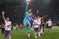 Calcio, Europa League: Ritorno degli ottavi di finale Roma vs Fiorentina. Roma, stadio Olimpico, 19 marzo 2015.<br /> Fiorentina's players greet fans at the end of the Europa League round of 16 second leg football match between Roma and Fiorentina at Rome's Olympic stadium, 19 March 2015. Fiorentina won 3-0.<br /> UPDATE IMAGES PRESS/Riccardo De Luca