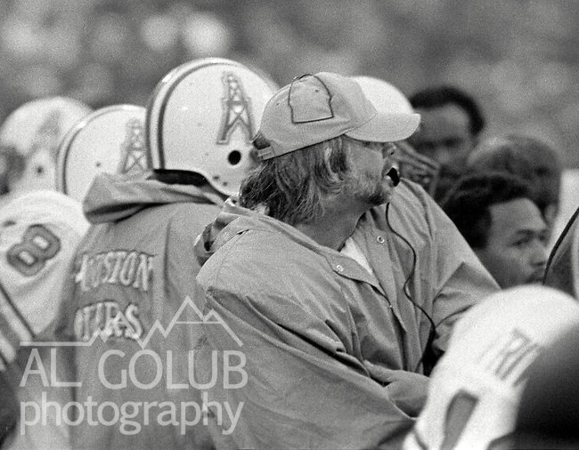 San Francisco 49ers vs. Houston Oilers at Candlestick Park Sunday, December 13. 1981.  49ers beat Oilers 28-6..Huston Quarterback Ken Stabler (12) on sidelines...Photo By Al Golub/Golub Photography.