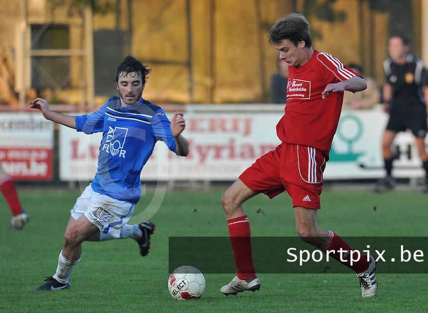 Zwevegem Sport - De Ruiter : Sebastien Verhenne aan de bal voor Tom Claerbout.foto VDB / BART VANDENBROUCKE