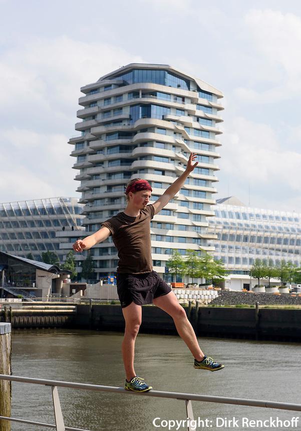 Streetsport &quot;Parkour&quot; vor dem Marco-Polo-Tower in der Hafencity, Hamburg, Deutschland<br /> Streetsport &quot;Parkour&quot; in front of  Marco-Polo-Tower in  Hafencity, Hamburg, Germany