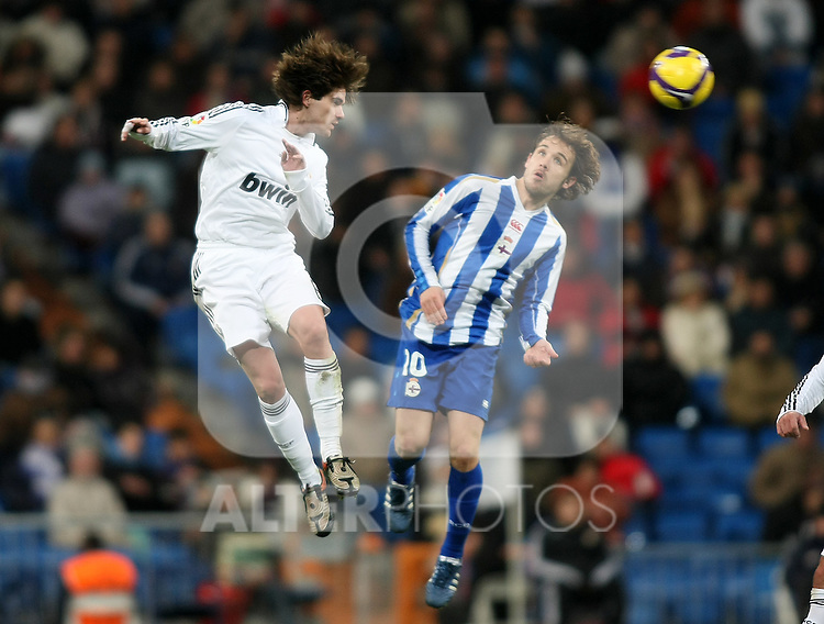 Real Madrid's Fernando Gago (l) and Deportivo de la Coruna's Joan Verdu (r) during La Liga match.January 25 2009. (ALTERPHOTOS/Acero).