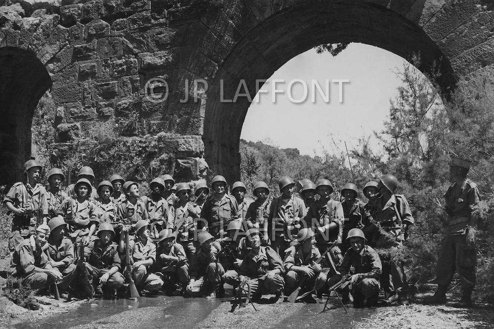 Ecole Militaire d'Infanterie de Cherchell, Algérie, October 1960. EOR (Officer students) 2nd Companie, 2nd Section, posing under a roman acquduct.
