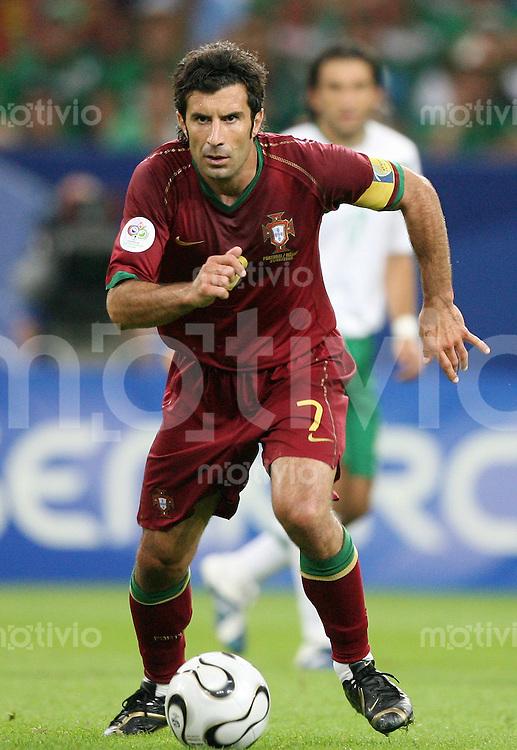 Fussball WM 2006  Gruppenspiel  Vorrunde Portugal - Mexiko LUIS FIGO (POR) am Ball