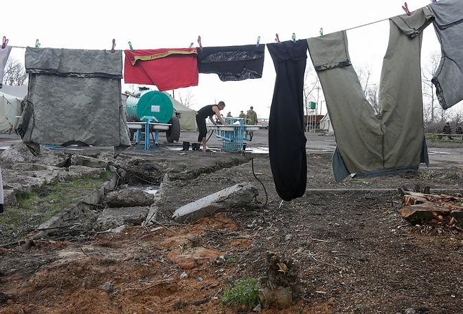 Ukrainischer Grenzschutz nahe Donezk an der russisch ukrainischen Grenze in einer Spezialbasis/ Border guards take control on the special base of Enhanced Border Brigade to the east from Donetsk close to the border with Rassia on April 15, 2014