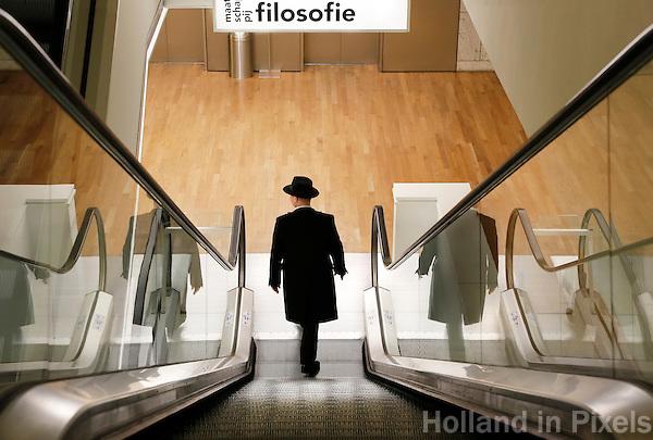 Nederland Amsterdam 2016 02 27. Man met hoed in de Openbare Bibliotheek aan het Oosterdok. Foto Berlinda van Dam / Hollandse Hoogte.