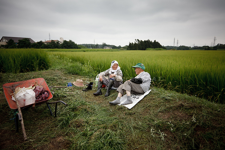 Koriyama, August 2nd 2011 - Two rice field workers in their 80s having a rest in Hiwada, 50km from the Fukushima Daiichi nuclear power plant. Rice contamination could be a major issue after the harvest in October.