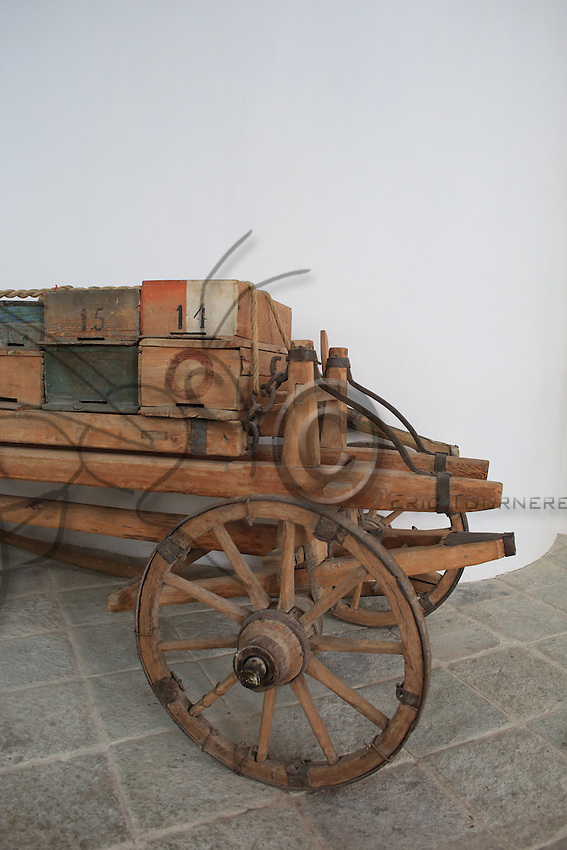 Cart for the migration of the hives.///Chariot pour la transhumance des ruches.