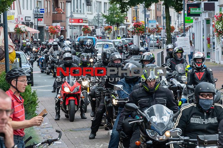 26.07.2020, Vechta, Vechta, 4700 Motorräder bei Motorrad  Demo in Vechta, im Bild<br /><br />26.07.2020  Am 15. Mai hat der Bundesrat die Drucksache 125/20 beschlossen und der Bundesregierung zwecks Prüfung und Durchsetzung in EU-REcht vorgelegt. Die darin enthalteten Reglementierungen und Verbote würden den Motorradmarkt sowie ein freies Motorradfahren erheblich beschränken. Die Biker demonstrieren gegen diese pauschale Fahrverbote und die geplante Dezibel-Begrenzung bei neuen Motorrädern. Mit einer gemeinsamen Fahrt durch den  Landkreis Vechta  haben am Sonntag (26.07.2020) Motorradfahrer gegen schärfere Gesetze demonstriert <br />Bei der Demo waren am Sonntag lt Polizeiangaben über 4700 Maschinen aus der ges. Republik nach Vechta gereist. Nach einer Sternkreis von 65 KM durch den Landkreis ging es zurück zum Stoppelmarkt wodie offizielle Kundgebung stattfand<br /><br />Foto © nordphoto / Kokenge