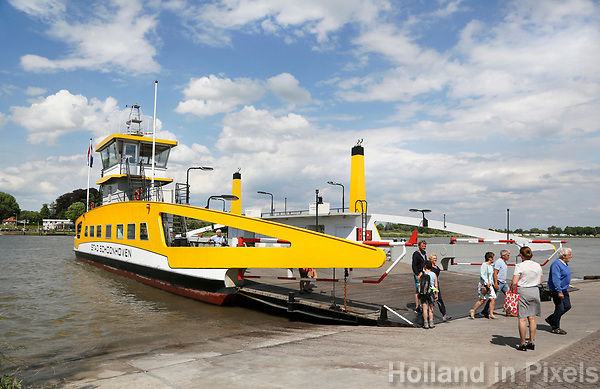 Nederland Groot-Ammers 2017.   Pont over de Lek.  Aan de overkant Schoonhoven.  Foto Berlinda van Dam / Hollandse Hoogte