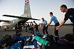 Les équipes de secouristes français débarquent de l'avion militaire dominicain qui les a amené à Cabo Rojo, à la frontière haitienne, le 18/01/2010, avant de rejoindre le port et embarquer pour Jacmel.