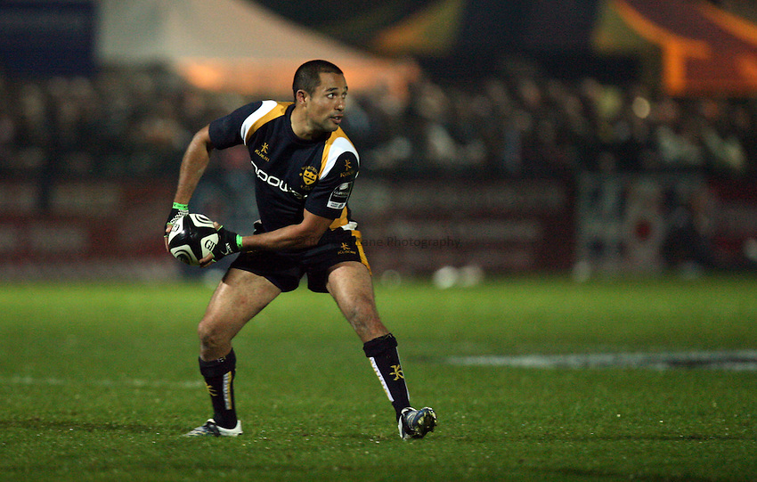 Photo: Rich Eaton..Worcester Warriors v Gloucester Rugby. Guinness Premiership. 13/10/2006. Shane Drahm of Worcester passes.