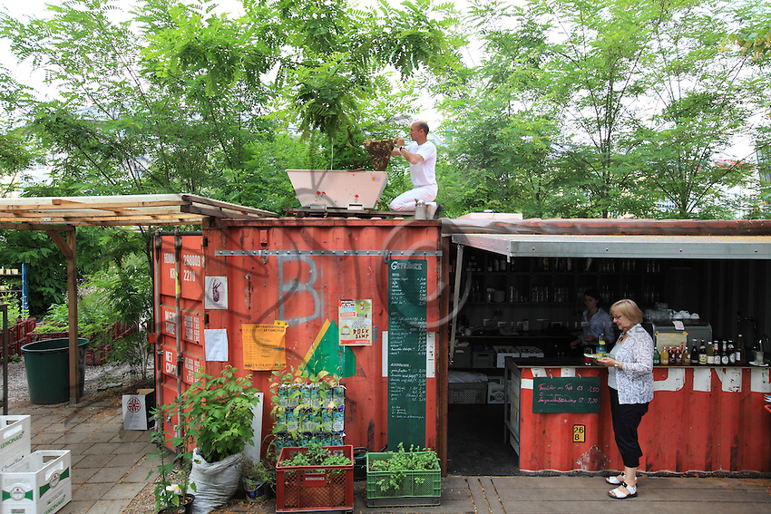 """Heinz Risse, 48 ans ouvre une ruche d'abeilles de type particulier dîte  «topbar» sur le toit du bar-restaurant des jardins de Prinzessinnengärten. Pour lui, son message est clair: « J'ai quand c'est naturel, biologique, saisonnier et local. Le miel n'est pas important pour moi, je suis heureux si les abeilles sont contentes et je cherche surtout a avoir une relation différent avec les animaux. Je suis tout sauf un voleur de miel».///Heinz Risse, 48 years old, opening a beehive of a particular type called """"topbar"""" on the roof of the bar-restaurant in the Prinzessinnengärten. For him, his message is clear, """"I like when it is natural, seasonal and local. The honey is not important for me, I'm happy when the bees are content and I seek above all to have a different relationship with the animals. I'm anything but a honey thief""""."""