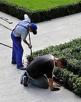 Hoverniers aan het werk in een tuin