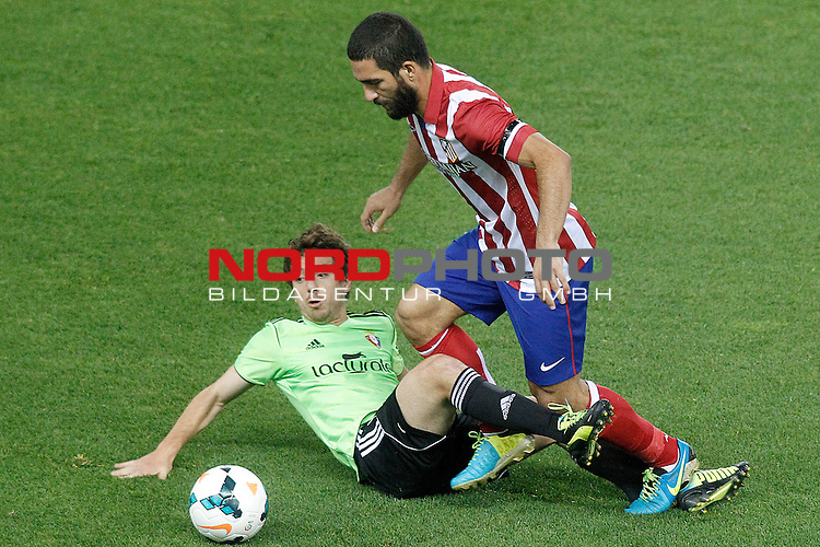 Atletico de Madrid's Arda Turan (r) and Osasuna's Sisi Gonzalez during La Liga match.September 24,2013. Foto © nph / Acero)