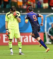 FUSSBALL WM 2014  VORRUNDE    Gruppe B     Spanien - Niederlande                13.06.2014 Robin van Persie (re, Niederlande) bejubelt seinen Treffer 1:4. Torwart Iker Casillas (li, Spanien) wendet sich mit Grauen ab