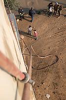 Feuerwehr in Qamishli, Rojava/Syrien.<br /> Von sieben Feuerwehr-Fahrzeugen die der YPG-Regierung in Qamishli zur Verfuegung stehen, ist nur eines funktionstuechtigt. Fuenf Fahrzeuge sind mit vorhandenen Mitteln nicht zu reparieren - Motorschaden, unbenutzbare Fahrerkabinen, defekte Stromleitungen.<br /> Zusaetzlich zumden Augaben der Feuerwehr muessen die 12 Feuerwehrmaenner - je 3 von ihnen arbeiten in 24-Stundenschichten - auch noch Wasser in Stadtteile ohne Wasserversorgung verteilen (im Bild).<br /> 15.12.2014, Qamishli/Rojava/Syrien<br /> Copyright: Christian-Ditsch.de<br /> [Inhaltsveraendernde Manipulation des Fotos nur nach ausdruecklicher Genehmigung des Fotografen. Vereinbarungen ueber Abtretung von Persoenlichkeitsrechten/Model Release der abgebildeten Person/Personen liegen nicht vor. NO MODEL RELEASE! Nur fuer Redaktionelle Zwecke. Don't publish without copyright Christian-Ditsch.de, Veroeffentlichung nur mit Fotografennennung, sowie gegen Honorar, MwSt. und Beleg. Konto: I N G - D i B a, IBAN DE58500105175400192269, BIC INGDDEFFXXX, Kontakt: post@christian-ditsch.de<br /> Bei der Bearbeitung der Dateiinformationen darf die Urheberkennzeichnung in den EXIF- und  IPTC-Daten nicht entfernt werden, diese sind in digitalen Medien nach §95c UrhG rechtlich geschuetzt. Der Urhebervermerk wird gemaess §13 UrhG verlangt.]