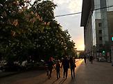 Eine Familie geht spazieren in Mariupol