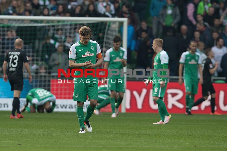 09.04.2016, Weser Stadion, Bremen, GER, 1.FBL. Werder Bremen vs FC Augsburg, im Bild<br /> <br /> entt&auml;uscht / enttaeuscht / traurig /<br /> <br /> <br /> Laszlo Kleinheisler (Werder Bremen #06)<br /> Sambou Yatabare (Bremen #05)<br /> Clemens Fritz (Bremen #8)<br /> <br /> <br /> Foto &copy; nordphoto / Kokenge