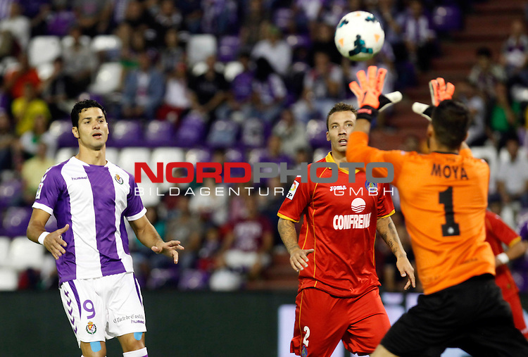 Real Valladolid¬¥s Javi Guerra (l) and Getafe's Alexis (c) during La Liga match.August 31,2013. Foto © nph / Victor Blanco)