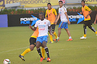 BARRANQUILLA- COLOMBIA - 14-11-2015: Adrian Ramos jugador de la seleccion Colombia durante el primer entrenamiento en el Polideportivo de la Universidad Autonoma del Caribe antes de su encuentro contra  la seleccion del Argentina / Adrian Ramos player of the selection Colombia during the first training at the Polideportivo of the Universidad  Autonoma del  Caribe before their match against of Argentina. Photo: VizzorImage / Alfonso Cervantes / Cont