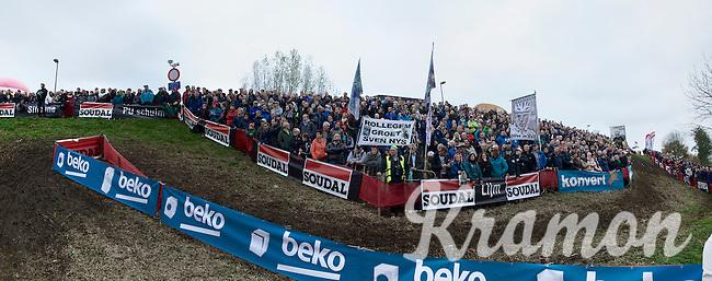 fans 'greeting' Sven Nys<br /> <br /> Jaarmarktcross Niel 2015