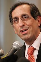 Montreal, le 16 fevrier 2006, Le Dr. Jacques Chaoulli r&Egrave;agit en conf&Egrave;rence de presse &Dagger; la r&Egrave;ponse du gouvernement du Qu&Egrave;bec &Dagger; l'arr&Iacute;t de la Cour supr&Iacute;me du Canada dans la cause qu'il a remport&Egrave;e en juin dernier apr&Euml;s une saga judiciaire de plusieurs ann&Egrave;es. Rappelons que la Cour supr&Iacute;me a statu&Egrave; en juin dernier que l'interdiction faite aux Qu&Egrave;b&Egrave;cois de se procurer une assurance sant&Egrave; priv&Egrave;e pour des soins couverts par la R&Egrave;gie de l'assurance maladie du Qu&Egrave;bec contrevient &Dagger; la Charte qu&Egrave;b&Egrave;coise des droits et libert&Egrave;s de la personne.<br /> photo : Delphine Descamps - Images Distribution