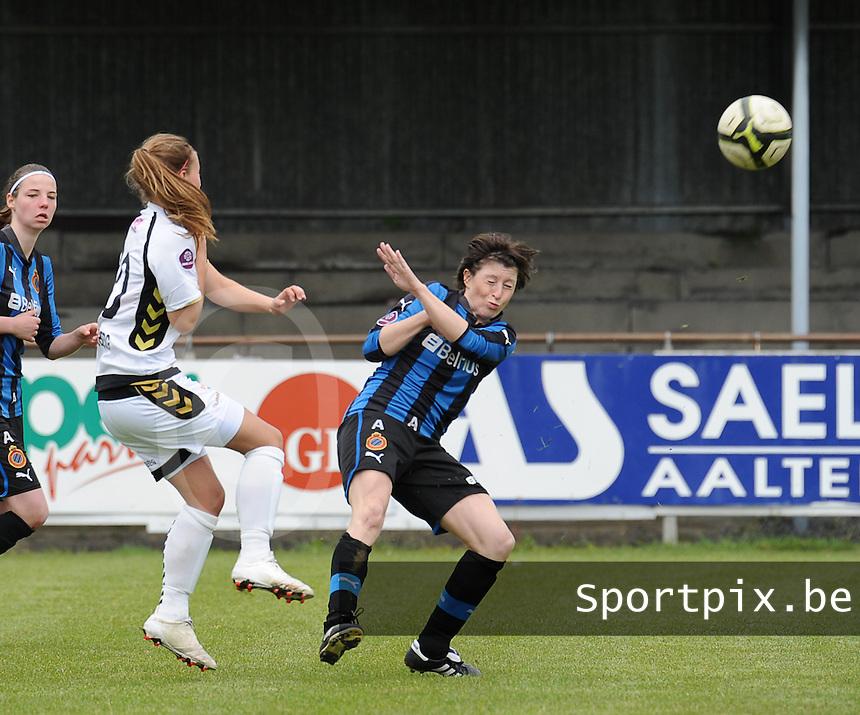Club Brugge Dames - Telstar Ijmuiden : duel tussen Dominique Bruinenberg (links) en Ingrid De Rycke<br /> foto Dirk Vuylsteke / nikonpro.be