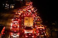 SÃO PAULO, SP, 30.04.2015 - TRÂNSITO/SP - O motorista enfrenta trânsito intenso na Avenida Rebouças sentido bairro devido a manifestação na regiao central da cidade de São Paulo na noite dessa quinta-feira, 30. ( Foto: Kevin David / Brazil Photo Press ).