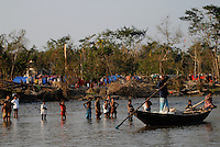 BANGLADESH, Southkhali in district Bagerhat, distribution of relief goods after the cyclone Sidr which has flooded and destroyed many villages and claimed many victims / Bangladesch, Wirbelsturm Sidr und eine Sturmflut zerstoeren viele Doerfer im Kuestengebiet von Southkhali, Verteilung von Hilfsguetern durch NGO s