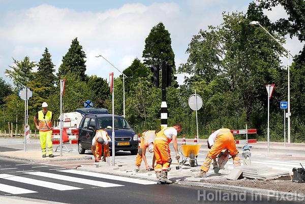 Nederland Amsterdam  2017 . Herinrichting Amsterdam-Noord. Wegwerkzaamheden en verkeersregelaars. Foto Berlinda van Dam / Hollandse Hoogte