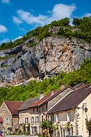 Frankreich, Bourgogne-Franche-Comté, Département Jura, Baume-les-Messieurs: klassifiziert als eines der schoensten Doerfer Frankreichs (Plus beaux villages de France) - Dorfstrasse und Wohnhaeuser unterhalb des Dorfes und Aussichtspunkts 'Granges-sur-Baume' | France, Bourgogne-Franche-Comté, Département Jura, Baume-les-Messieurs: classified as one of France's most beautiful villages (Plus beaux villages de France) - houses below Granges-sur-Baume, a village and viewpoint above Baume