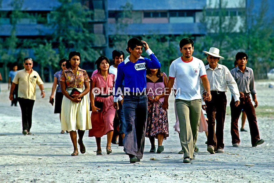 População em dia de votação em El Salvador. 1982. Foto de Juca Martins.