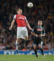FUSSBALL   CHAMPIONS LEAGUE   VORRUNDE     SAISON 2013/2014    Arsenal London - SSC Neapel   01.10.2013 Per Mertesacker (Arsenal) gegen Goran Pandev (re, SSC Neapel)