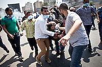Des manifestants portent un homme bless&eacute; lors d'affrontements avec la police dans la rue Tayaran pr&egrave;s de Rabaa square, Nasr city, Le Caire, Egypte, le mercredi 14 ao&ucirc;t 2013.<br /> <br /> Protesters carrying a wounded man during clashes with police in Tayaran steet near Rabaa square, Nasr city, Cairo, Egypt, Wednesday, August 14, 2013.