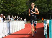 Robin Schüssler (DSW Darmstadt) kommt als Erster ins Ziel und landet einen ungefährdeten Start-Ziel Sieg in neuer Rekordzeit - Mörfelden-Walldorf 21.07.2019: 11. MoeWathlon