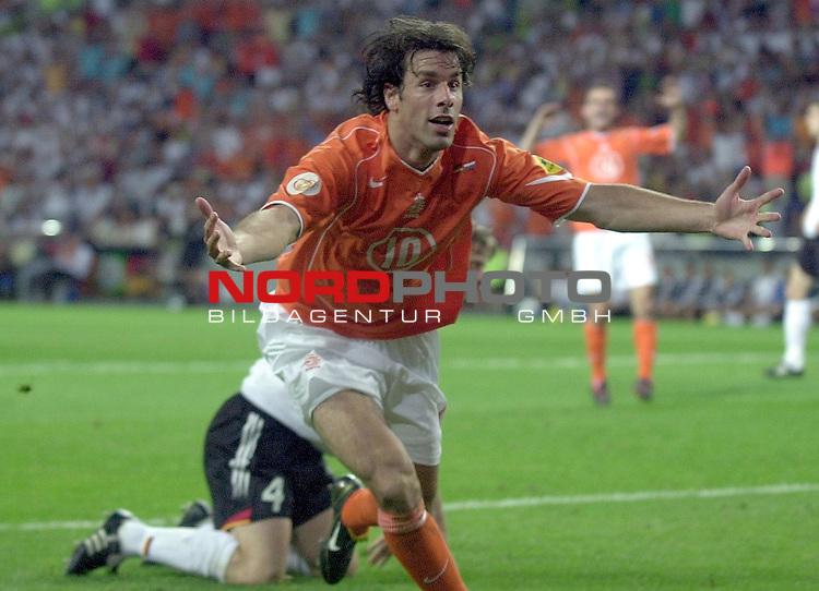 Europameisterschaft 2004 Portugal<br /> <br /> Deutschland - Niederlande<br /> <br /> Torjubel vom Torschuetzen zum 1-1 Ruud van Nistelrooy (Niederlande)<br /> <br /> Foto &copy; nordphoto